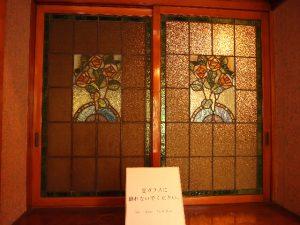 食堂と準備室の境のステンドグラス