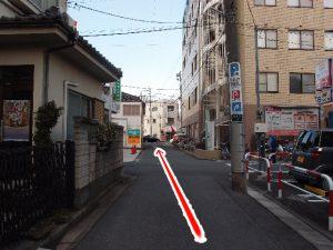 鳥居の左側の光景。この道を真っ直ぐ進んでください。