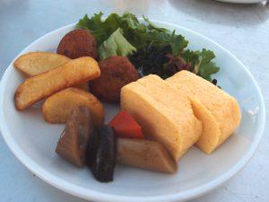 卵焼き・筑前煮・フライドポテト・たこ焼き・サラダ