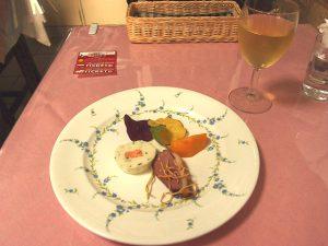 テリーヌ・カモのスモーク取り合わせ・柿・芋チップ添え・白ワイン