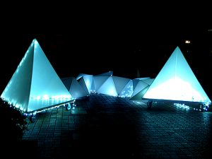 三角の灯り・ひかりの反射と映る街並み
