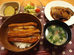 穴子の蒲焼丼、カンパチのアラ煮、小松菜のかきたま汁 梅肉添えなど