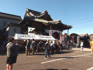 成田山川越別院本行院の火渡り祭り 火の上を素足で歩いて念願成就!