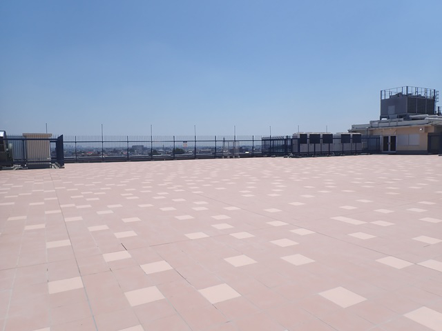 丸広百貨店川越店の屋上に「エンジョイ広場」オープン!芝生が広がる憩いの場へ